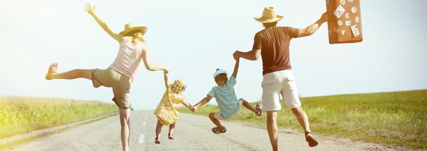 Une famille avec deux enfants qui part en vaccances